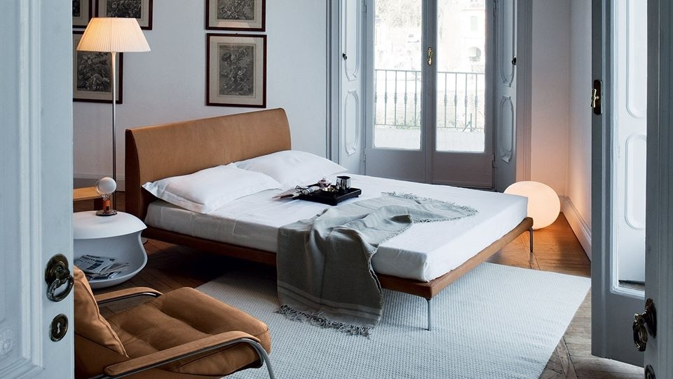 BED TALAMO BY DAMIAN WILLIAMSON 2011.THIS BED WITH MINIMAL GEOMETRIC LINES HAS BEEN DESIGNED FOR EXCEPTIONAL COMFORT. ITS ERGONOMICS AND THE CHOICE OF MATERIALS ENSURE A UNIFORM WEIGHT DISTRIBUTION OVER THE ENTIRE SURFACE AND, CONSEQUENTLY, AN EXCELLENT RELAXATION.